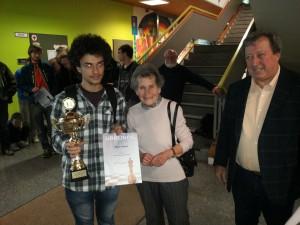 Botos erhält seinen Wanderpokal von der Witwe Thiermann