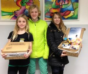 Die drei SCVG-Mädels Lea, Laura und Xenia präsentieren die Pakete von MyCouchbox, von denen es 30 im Jugend-Pokal als Sachpreise gab.